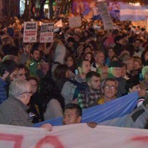 Trabajadores marchan contra tarifazos en Argentina
