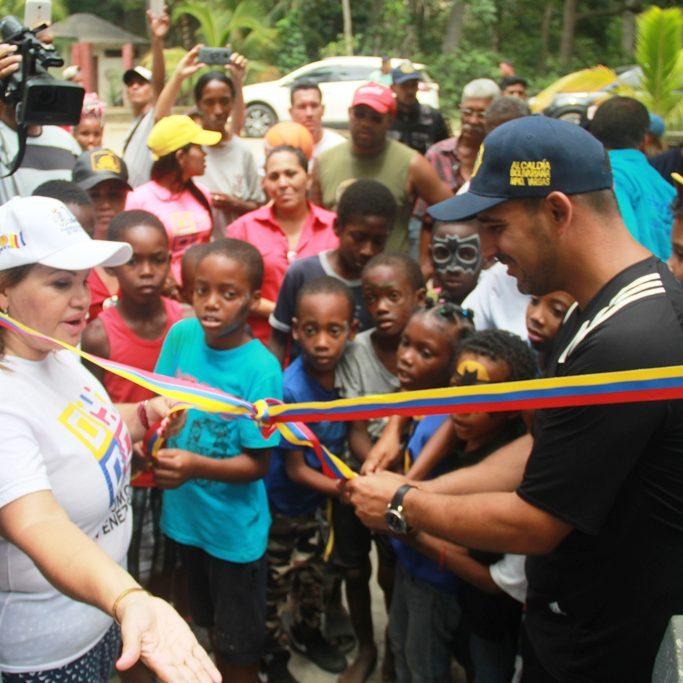 Alcalde de Vargas inauguró cancha en Chichiriviche