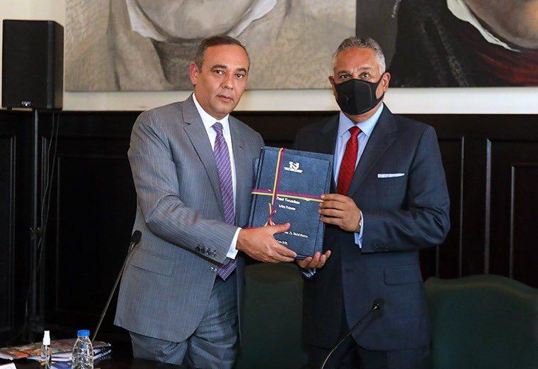 Presidente del TSJ entregó proyecto de reformas de leyes a la AN